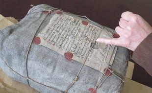 Le sac de procédures judiciaires retrouvé intact aux Archives départementales du Nord, à Lille.