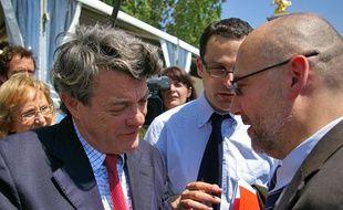 Jean-Louis Borloo et Eric Vial, PDGde la société Ecoceane, finalisent l'envoi des bateaux depollueurs en Louisiane, vendredi 4 juin 2010.
