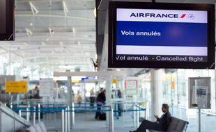 Un panneau annonce des vols annulés sur Air France, le 26 septembre 2014 à l'aéroport de Marseille Provence, à Marignane