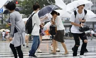 Un typhon, Mindulle, le neuvième de la saison en Asie, a accosté lundi près de Tokyo, accompagné de pluies diluviennes, forçant les compagnies aériennes japonaises à annuler des centaines de vols et perturbant la circulation sur les routes et voies ferrées.