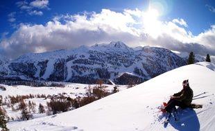 Incapable de descendre une piste, le skieur débutant a fini par jeter l'éponge et dormir dehor .(illustration)