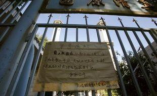 Une affiche attachée sur le portail d'une mosquée indique que l'édifice est fermé ce vendredi 10 juillet 2009 et appelle les musulmans à prier chez eux.