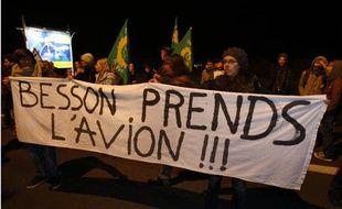 A l'aéroport de Lesquin, près de Lille, des manifestants s'opposent au retour de force de sans-papiers afghans, le 20 octobre 2009
