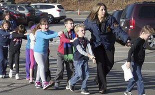 Des élèves ont été évacués de l'école primaire Sandy Hook, à Newtown, dans le Connecticut, après une fusillade, le 14 décembre 2012.