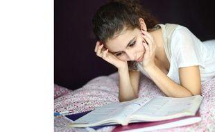 Une adolescente travaille chez elle