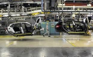 PSA Peugeot Citroën a annoncé mercredi en comité de groupe européen la suppression de 800 postes d'intérimaires en France d'ici fin 2011 dans le cadre d'une série de mesures sur l'emploi en Europe afin d'économiser 800 millions d'euros en 2012, a annoncé à l'AFP une source syndicale.