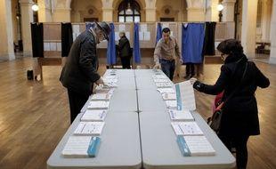 Lyon, le 6 décembre 2015. Dans un bureau de vote, où les électeurs étaient appelés à voter pour le premier tour des élections régionales AP Photo/Laurent Cipriani