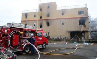 Les pompiers devant le studio d'animation incendié à Kyoto, le 18 juillet 2019.
