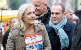 La présidente du FN, Marine Le Pen, fait campagne spour les élections régionales avec le maire FN de Hénin-Beaumont, Steeve Briois sur le marché de Liévin, le 14 octobre 2015