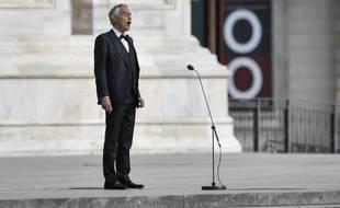 Andrea Bocelli devant le Duomo de Milan le 12 avril 2020