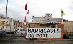 Devant le port de Marseille pendant la grève.