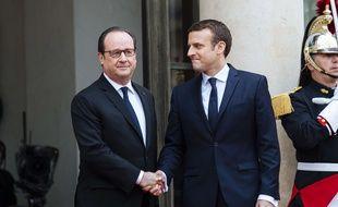 François Hollande et Emmanuel Macron lors de la passation de pouvoirs le 14 mai 2017 à l'Elysée