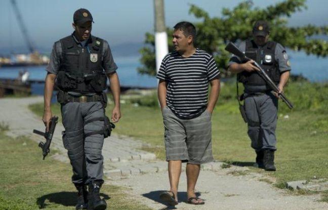 Escorté nuit et jour par des policiers, Alexandre Anderson, pêcheur, jure qu'il poursuivra sa lutte contre les projets pétrochimiques dans la baie de Rio.