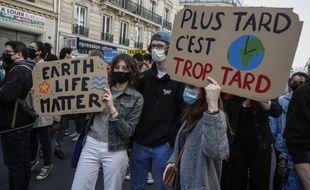Une manifestation contre le changement climatique à Paris, le 28 mars.