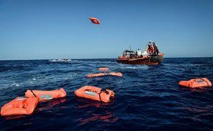Des membres de Médecins sans frontières viennent en aide à des migrants en Méditerranée, illustration.
