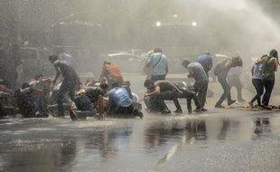 Des manifestants sont dispersés par la police avec un canon à eau, à Diyarbakir, le 19 août 2019, lors d'une mobilisation contre le remplacement de trois maires kurdes par des représentants de l'État dans trois villes.