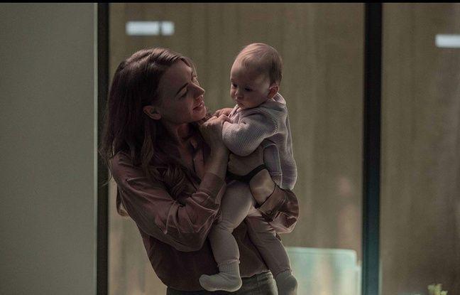 Yvonne Strahovski (Serena) et bébé Nicole dans The Handmaid's Tale