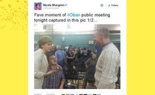 Capture d'écran du tweet de Nicola Sturgeon, montrant la Première ministre écossaise faire une demande en mariage pour l'un de ses concitoyens, le 24 août 2015 à Oban.