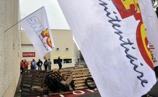 Des surveillants pénitentiaires ont de nouveau manifesté jeudi en bloquant l'accès aux prisons dans différentes villes de France, au deuxième jour d'une mobilisation à l'appel des syndicats FO et CGT qui réclament des recrutements massifs et une revalorisation des salaires