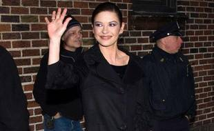 """Catherine Zeta Jones sort du studio d'enregistrement du """"Late Show with David Letterman"""", à New York, le 18 janvier 2010."""