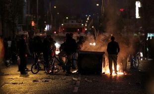 Des incidents ont à nouveau éclaté dimanche soir en Irlande du Nord, quelques heures après l'ouverture de discussions entre représentants politiques et religieux pour mettre fin à la récente flambée de violences à Belfast qui s'est déjà soldée depuis jeudi par 70 arrestations et une cinquantaine de blessés parmi les forces de l'ordre.