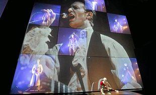 L'exposition mêle vidéos, costumes, extraits musicaux, à l'image des performances multisupports de David Bowie.