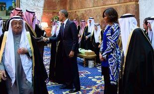 Barack Obama et la Première Dame Michelle Obama, sans voile, avec le nouveau roi d'Arabie saouditeà Ryad mardi 27 janvier 2015.