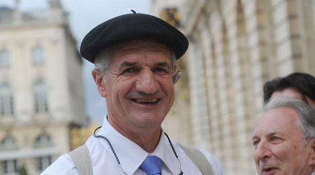 Jean Lassalle, député des Pyrénées a fait un tour de France du printemps 2013 jusqu'au 11décembre, date d'arrivée dans la capitale. – POL EMILE / SIPA/SIPA