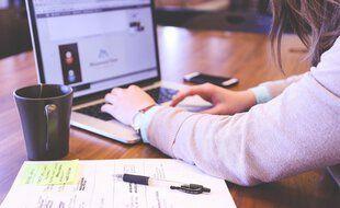 Une étudiante en train de passer un partiel en ligne