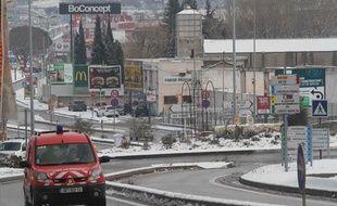 La neige est tombée par endroit dans les Bouches-du-Rhône, ici dans la zone commerciale de Plan de Campagne près de Marseille le 2 février 2012.