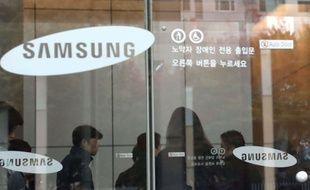 Des journalistes sont présents dans l'entrée du QG de Samsung à Séoul pendant une descente des procureurs sud-coréens, le 8 novembre 2016.