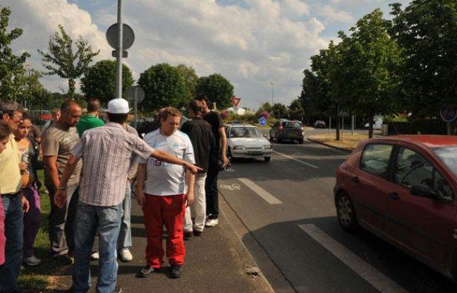 Les habitants du quartier où un fourgon de gendarmerie a foncé sur un groupe d'écoliers le 30 mai 2011, à Joue-les-Tours (Indre-et-Loire), cherchent à comprendre ce qui s'est passé.