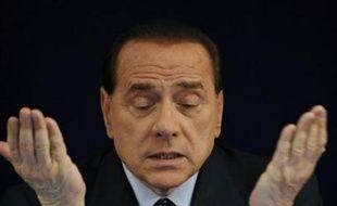 Silvio Berlusconi a obtenu jeudi des députés, au grand dam des juges et d'une partie de l'opposition, un vote qui le rapproche de l'immunité pénale, lui permettant d'édulcorer une autre mesure controversée visant à suspendre des milliers de procès, dont le sien.