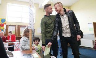 Un couple homosexuel dans un bureau de vote en Irlande pour le référendum sur le mariage gay, le 22 mai 2015.