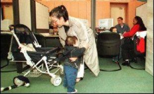 Une Guadeloupéenne de 34 ans, soupçonnée d'avoir escroqué 17 Caisses d'allocations familiales (CAF) pour un préjudice de plus de 100.000 euros en déclarant de fausses naissances de quintuplés, a été mise en examen et écrouée cette semaine, a-t-on appris vendredi de source judiciaire.