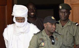 L'ancien président tchadien Hissene Habre quitte le tribunal spécial de Dakar, après une audience, le 3 juin 2015.