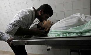Un adolescent palestinien a été tué jeudi après-midi par un raid aérien de l'armée israélienne dans le sud de la bande de Gaza, près de la frontière avec Israël, a-t-on annoncé de sources médicales palestiniennes.
