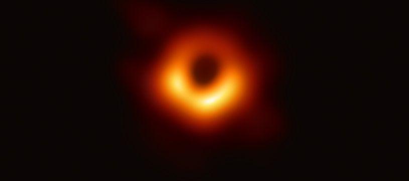 Sur cette première image historique d'un trou noir, on peut observer le disque d'accrétion autour du trou noir au centre de la galaxie M87.