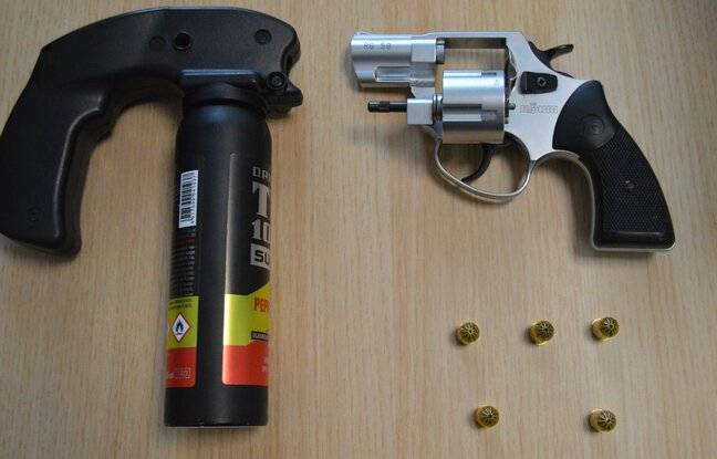 Un pistolet 9mm à grenaille et une gazeuse ont été découverts dans le sac à dos d'un homme à Rennes.