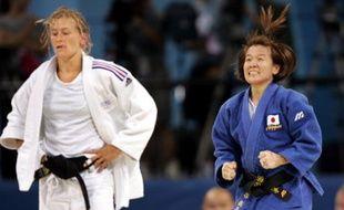 La judoka française Frédérique Jossinet (en blanc), défaite en finale des Jeux olympiques d'Athènes par la Japonaise Ryoko Tani (en bleu), le 14 août 2004