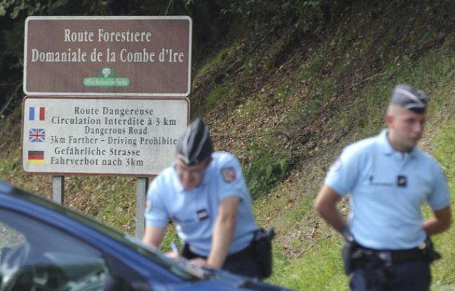 Des gendarmes postés sur les hauteurs de Chevaline (Haute-Savoie) où a eu lieu un quadruple meurtre le 5 septembre 2012.