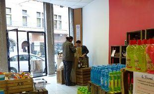 Lyon, le 3 mai 2015. La première épicerie proposant des produits destockés en centre-ville vient d'ouvrir sur les pentes de la Croix-Rousse. L'objectif est notamment de lutter contre le gaspillage alimentaire.