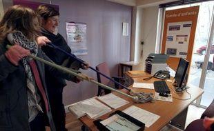 """Des membres du collectif L'appel et la pioche ont investi samedi à Paris une agence Adecco spécialisée dans les services à la personne pour dénoncer """"la précarité dans ce secteur"""", qui emploie près de 2 millions de personnes, mais très souvent à temps partiel."""