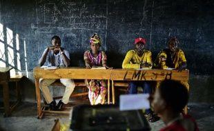 Une femme vote à Bujumbura dans une salle de classe le 21 juillet 2015 pour le scrutin présidentiel