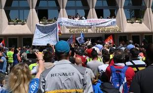 Une manifestation devant l'usine Renault de Maubeuge, le 30 mai 2020.