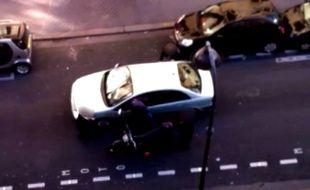 Capture écran d'une vidéo montrant un policier en civil lors d'un contrôle qui a dégénéré le 7 février 2014 à Paris.