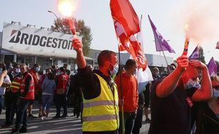 Des employés de Bridgestone manifestent devant l'entrée de l'usine de Béthune, le 17 septembre 2020.