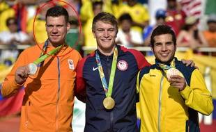 Le Néerlandais Jelle van Gorkom (à gauche), vice-champion olympique en 2016 à Rio, se trouve dans le coma après un accident.