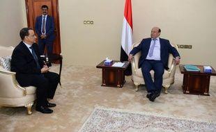 Le président yéménite Abd Rabbo Mansour Hadi (d) et le médiateur de l'ONU Ismaïl Ould Cheikh Ahmed (g), le 5 décembre 2015 à Aden