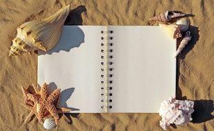 illustration d'un cahier de vacances sur le sable.